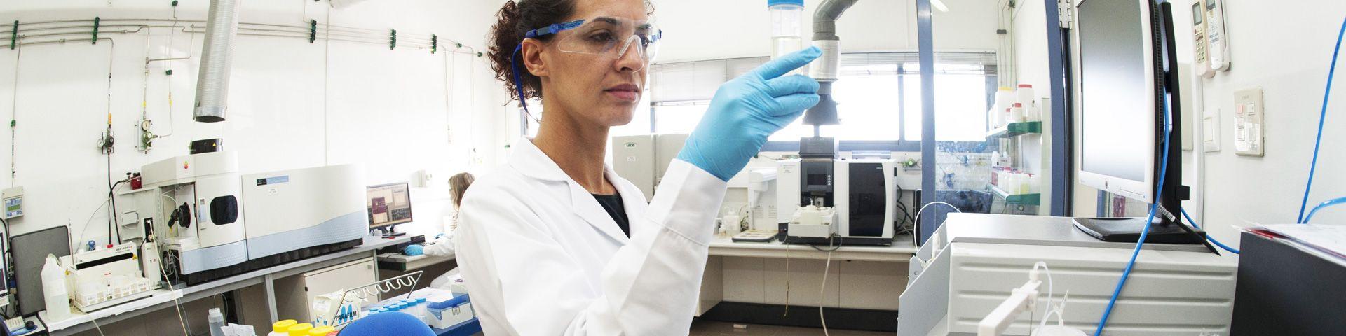 Trabajadora de AGQ Labs